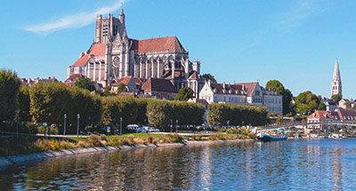 Iglesia en Auxerre con vistas al río