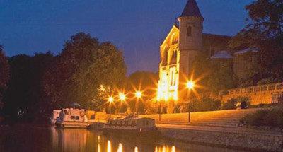 Barcos amarrados de noche en la orilla del Canal du Midi