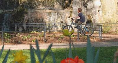 Niño paseando en bici en Borgoña