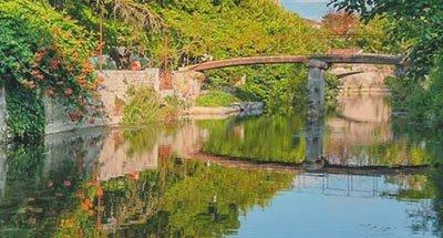 Puente sobre las aguas cristalinas