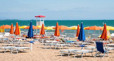 Relax en la playa de arena blanca en Lignano