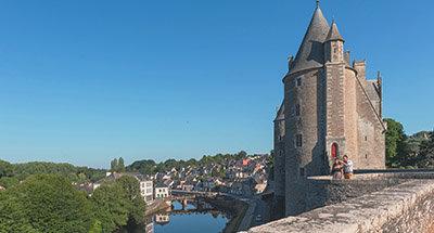 Castillo de Josselin y un barco Le Boat, Bretaña
