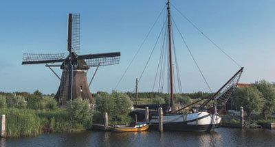 Molino de viento y barcaza holandesa tradicional