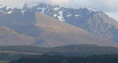 Paisaje montañoso cubierto de nieve en Escocia