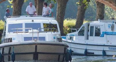 Barcos Le Boat y un puente bajo