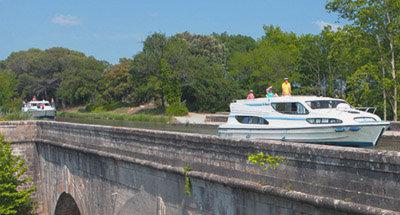 Barcos Le Boatnavegando en un acueducto