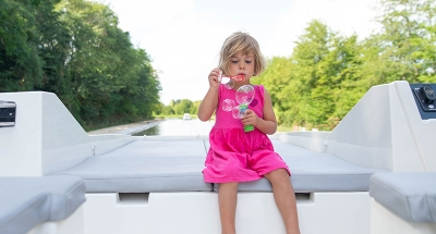 Niña jugando en Loire-Nivernais