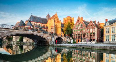 Puente medieval en la bella ciudad de Gante.