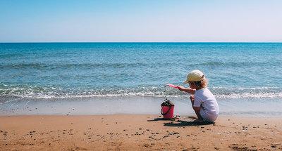 Niña jugando en la playa