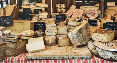 Delicioso mercado de quesos en Francia.