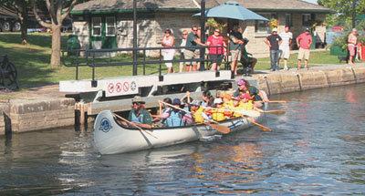 Canoa pasando por una esclusa