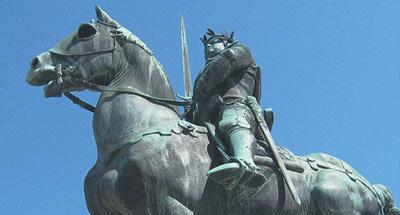 Estatua de un hombre montando a caballo