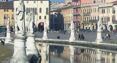 Fuente y estatuas en Venecia