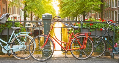 Descubre las históricas calles de Amsterdam en bicicleta.