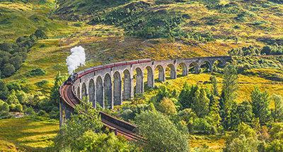 El tren de vapor Jacobite cruzando el viaducto de Glenfinnan