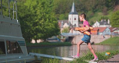 Niña en Lutzelbourg, Alsacia