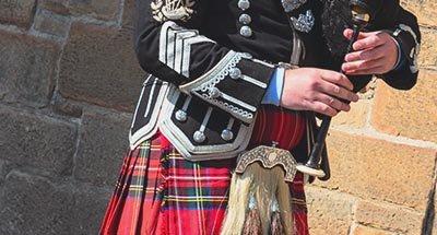 Jugador de la gaita en una falda escocesa