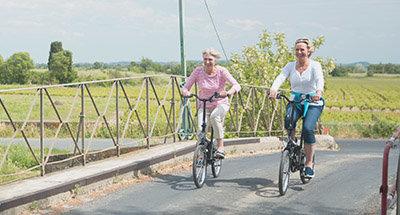 Cruzando un puente durante un paseo en bici en el Midi