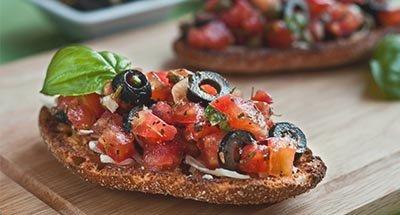 Bruschetta de tomate y champiñones