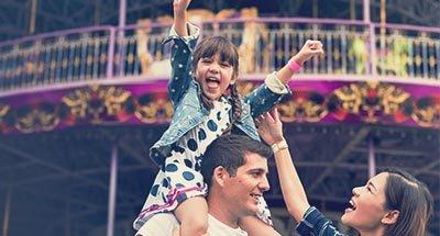 Niño en los hombros de su padre