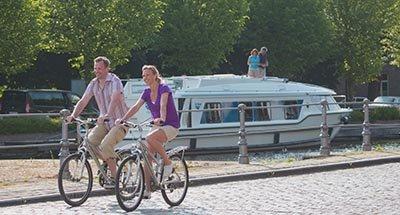 Paseo en bici a lo largo del canal