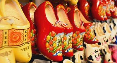 Zuecos holandeses en una tienda