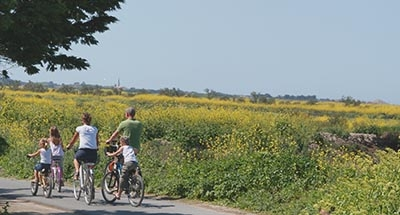 Familia paseando en bici en Charente