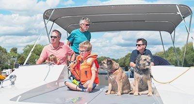 Familia a bordo del Horizon en el Támesis