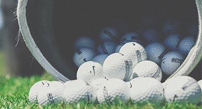Pelotas de golf saliendo de una bolsa