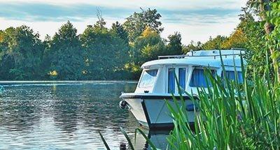 Barco en plena naturaleza en Charente