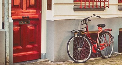 Bicicleta roja y puerta roja