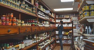 De compras en la tienda Kilborn's en Newboro en el Canal Rideau