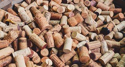 Corchos de vino en una caja