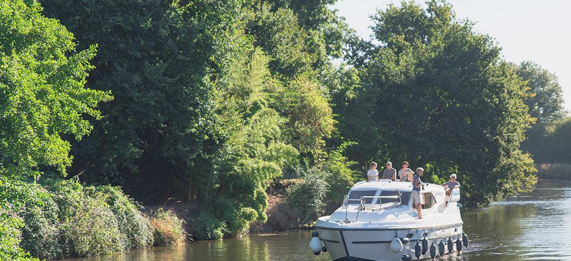 Familia en un barco en Bretaña