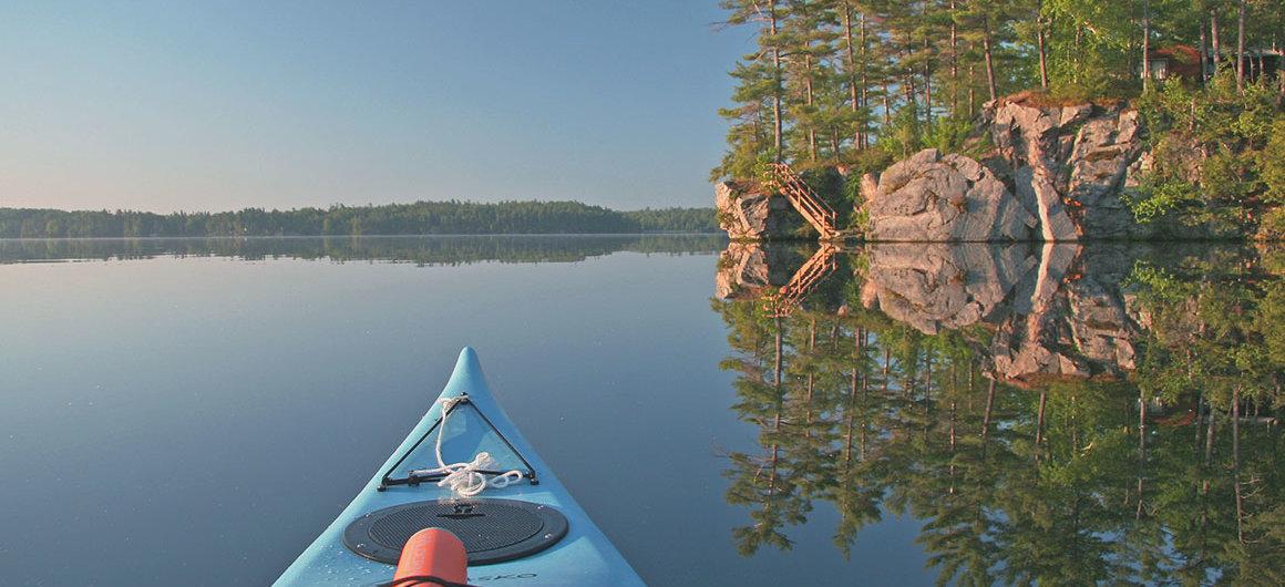 Canoa en el Big Rideau Lake, Canadá