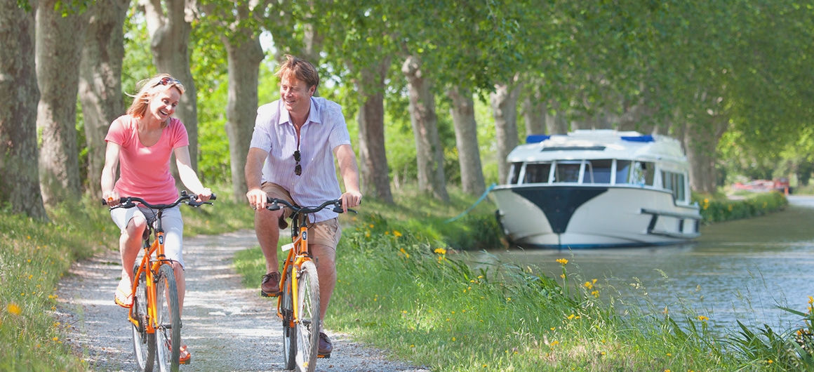 Paseo en bicicleta a lo largo del camino de sirga