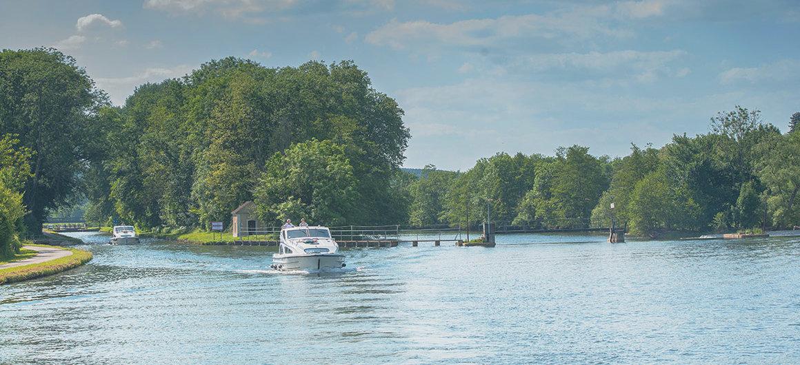 Barco navegando en Loire-Nivernais