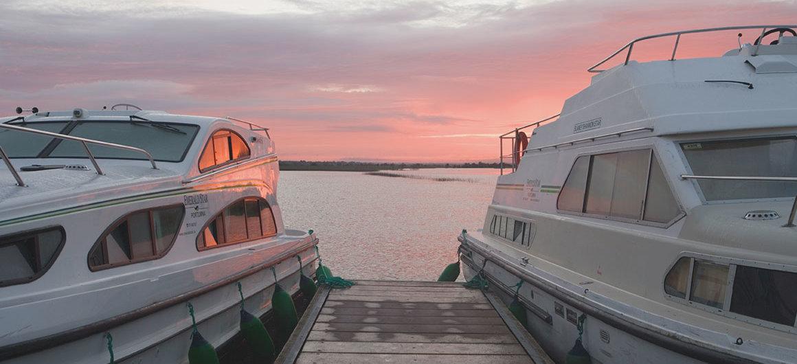 Barcos Emerald Star cerca de Clonmacnoise, Irlanda