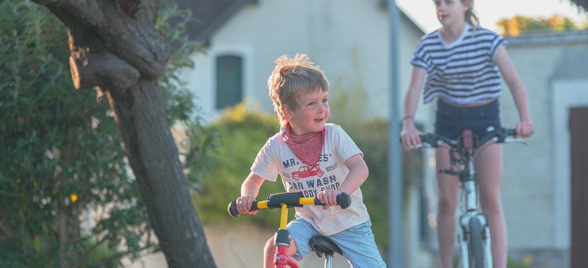 Niños en bicicleta en Borgoña