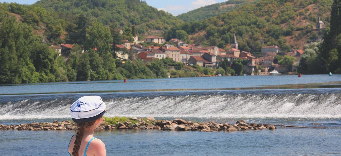 Con un gorro Le Boat mirando a la presa