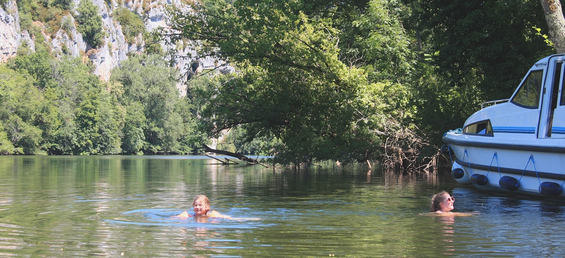 Nadando cerca de un barco Le Boat en el Lot