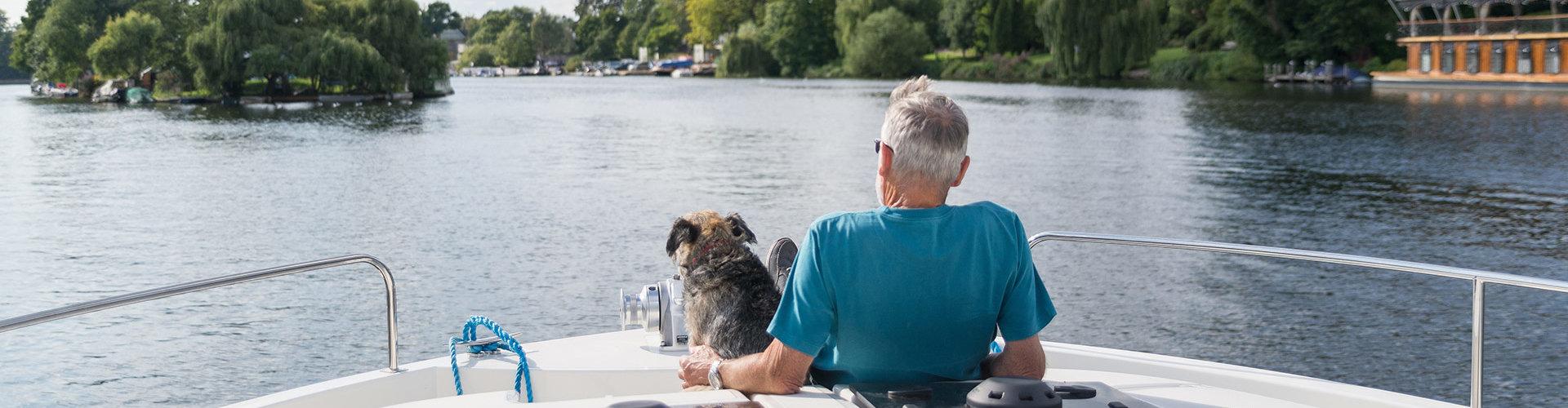 Perro en barco