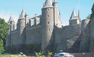 Castillo de Josselin y un barco Le Boat