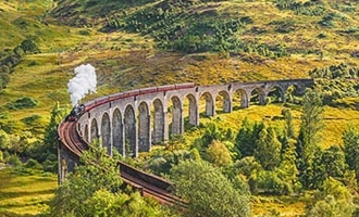 Viaducto ferroviario de Glenfinnan con el tren de vapor Jacobite