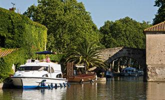Barco Le Boat amarrado en Le Somail, Canal du Midi