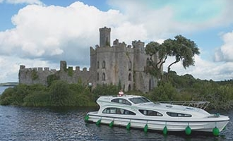 "Barco Emerald Star amarrado en frente de ""Castle Island"" en el Lough Key"