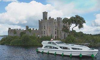 """Barco Emerald Star amarrado en frente de """"Castle Island"""" en el Lough Key"""