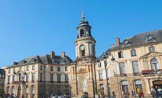 Plaza del ayuntamiento en Rennes, Bretaña