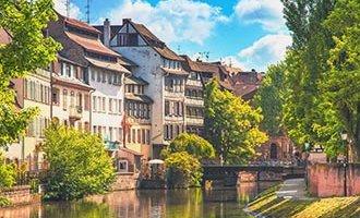 Vía navegable cerca de Estrasburgo en verano